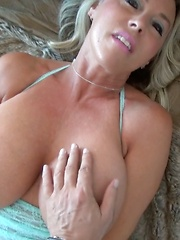 Wifey Vibes Her Pussy And Gives Handjob
